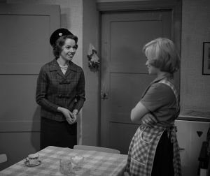 Sirkka Jokinen (Minna Aro) Liisa Jokisen (Kielo Tommila?) kanssa tv-draamassa Mustat ja punaiset vuodet (1973).