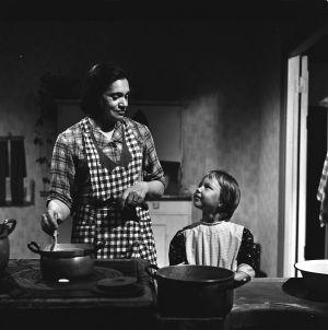 Elli (Orvokki Mäkinen) tyttärensä Hilkan (Birgitta Lehmus) kanssa tv-draamassa Mustat ja punaiset vuodet (1973).