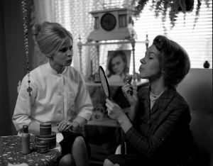 Maija Törngren (Anitta Niemi) ja Sirkka Jokinen (Minna Aro) tv-draamassa Mustat ja punaiset vuodet (1973).