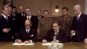 Sopimusta allekirjoittamassa Risto Ryti (Leif Wager) ja Molotov (Risto Mäkelä)