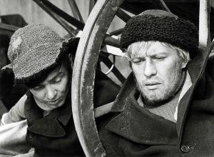 Oskari Kivivuori, Osku, jota esittää Pekka Autiovuori. Oikealla Akseli Koskela (Aarno Sulkanen) elokuvassa Täällä Pohjantähden alla (1968).