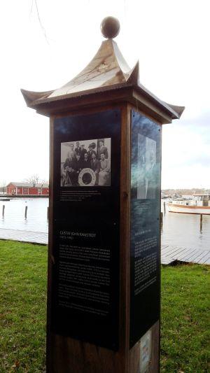 Ett minnesmärke över professor Gustaf John Ramstedt i Ekenäs.
