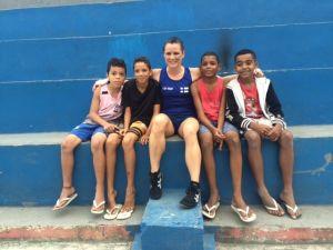 Brasilialaisia poikia Rio favelassa ja nyrkkeilijä Mira Potkonen