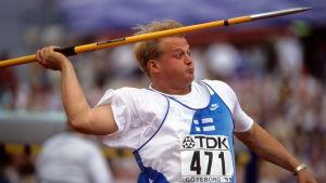 Keihäänheittäjä Seppo Räty heittää keihästä 1991
