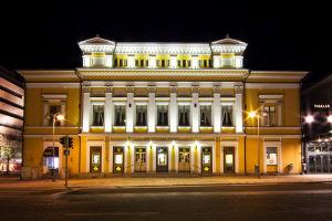 Åbo svenska teaters teaterhus i kvällsbelysning