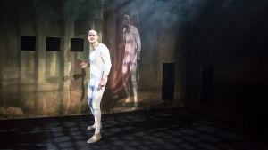 en bild ur pjäsen Daniel Hjort med två män på scenen