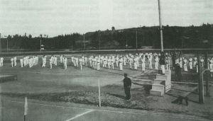 En grupp med idrottare uppställda i Idrottsparken i Åbo