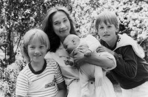 Taitilija Riitta Nelimarkka lastensa kanssa: Joonas, Max ja Aki v.1987, kun Max syntyi.  Kuvan otti Riitta nelimarkan aviomies Helsingin Marjaniemessä, perheen ensimmäisen kodin pihassa.