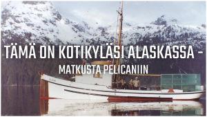 """Vanha valokuva kalastusaluksesta, jonka päällä on teksti """"Tämä on kotikyläsi Alaskassa - matkusta Pelicaniin""""."""