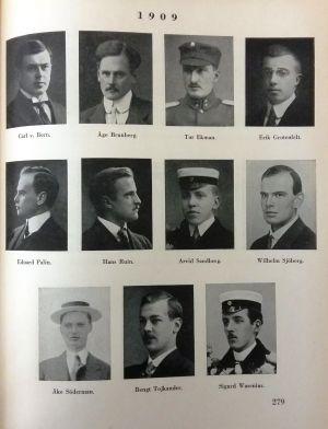 """Sida ur """"Nya svenska läroverket i Helsingfors 1882-1932"""" med bilder på studenterna år 1909."""