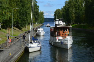 Muutama vapaa-ajanvene ja yksi pienempi matkustajalaiva kanavassa,