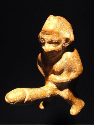 Priapos-patsas, jolla on valtava siitin.