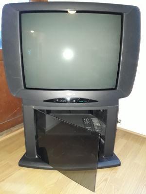 En tv med ett tv-bord
