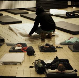Kollage på två bilder där en person bäddar madrasser på golv och sedan personer som sover på dem