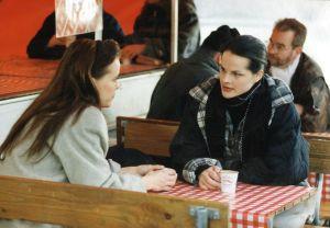 Maria Kuusiluoma ja Niina Nurminen Ilman kavaluutta tv-sarjassa 1996.