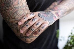 Lähikuva Natalia Tolmatsovan vasemman käden tatuoinneista.