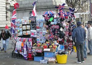 Souvenirförsäljare i London hösten 2004.