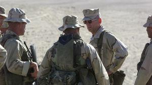 General James Mattis talar till beväpnade amerikanska soldater i Afghanistan före invasionen av landet år 2001.