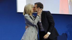 Emmanuel Macron kysser sin hustru Brigitte Trogneux under segerfesten i Paris.