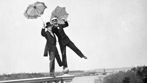 Två glada studenter poserar vid Högholmen i maj år 1898.
