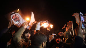 Iranska demonstranter utanför saudiska ambassaden i Teheran.