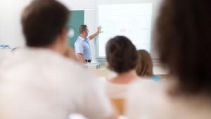 Lärare undervisar elever.