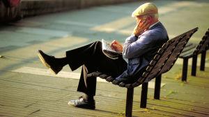 Äldre man på bänk