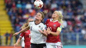 Österrikes Verena Aschauer och Danmarks Pernille Harder.