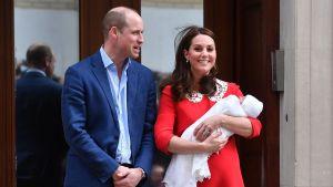 Prins William och hertiginnan Kate med sin nyfödda son Louis Arthur Charles.