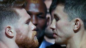 Gennadij Golovkin (t.h.) och Canelo Alvarez stirrar på varandra.