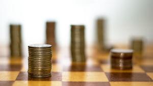 Mynt på schackbräde.
