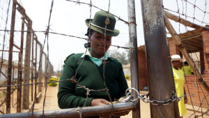Kvinnlig fångvaktare i Harare den 8.10.2017.