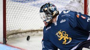 Karri Rämö tittar på pucken som är i det egna målet.