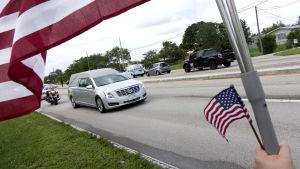 En likbil i begravningsprocession transporterar kroppen till en av de döda amerikanska soldaterna i Niger.
