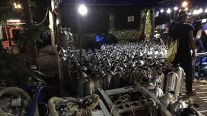 Bilden från Royal Thai Navy visar syrgastuber som förberetts för räddningsdykarna intill mynningen till Tham Luang-grottan den 2 juli.
