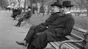 Män i Esplanadsparken i Helsingfors 1906.