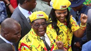 President Robert Mugabe och hans hustru Grace vid ett partimöte för Zanu-PF den 8 november 2017.