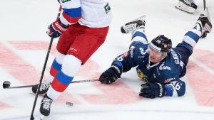 Veli-Matti Savinainen ligger på isen under Finlands match mot Ryssland.