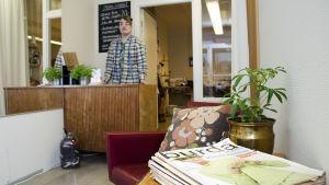 Anton West i sin syateljé som är inredd med möbler från 50- och 60-talet.