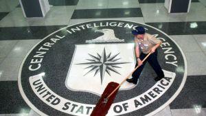 En städare sopar CIA:s symbol på golvet i foajén vid CIA-högkvarteret i Langley.