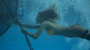 Nancy (Blake Lively) dyker och håller i en kedja av kätting som är fast vid en boj.