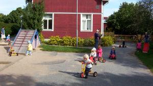 Barn som leker ute på dagisgården.