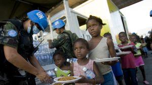 Barn på Haiti får mat