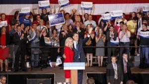 Romney och hans fru firade segern i Illinois