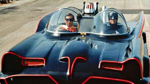 Batman ja Robin Bat-autossa. Huom! Kuvassa eivät näy sarjan näyttelijät vaan stunt-miehet.