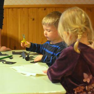 Erik och Saga pysslar på daghemmet Prästkragen i Präskulla.