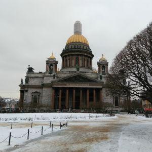 Vy över Isakskyrkan i St Petersburg.