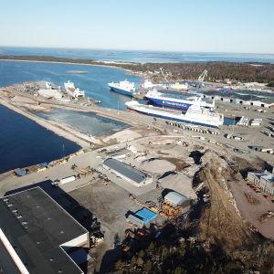 En bild från luften över Västra hamnen i Hangö. På bilden syns båtar och områden som har sprängts bort.