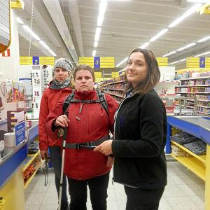 Synskadade Anni Vanhanen i S-Market butiken i Larsmo tillsammans med sin assistent och ett butiksbiträde