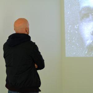 Konstnär Carl Sebastian Lindberg framför sitt verk Det röda arvet